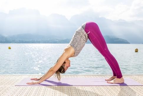 chien-tête-en-bas-pantalon-Lolë-690x460 yoga journal france